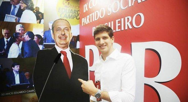 João Campos conta com o capital político do pai, Eduardo Campos, em Pernambuco. Segundo especialistas, poder dentro do partido ajuda na captação de recursos para a campanha