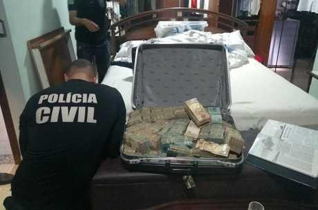 Polícia apreendeu dinheiro e pedras preciosas