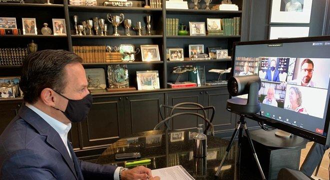 O governador João Doria participa de videoconferência em sua casa