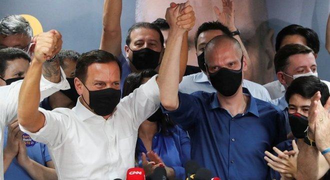 Em São Paulo, Doria posa ao lado de Bruno Covas, que foi reeleito prefeito na maior cidade do país
