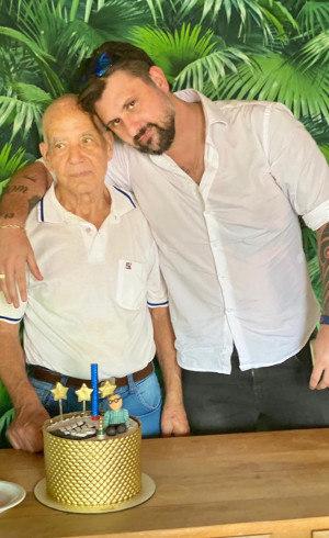João ao lado do pai, Alberto, que começou toda a ação social há mais de 30 anos