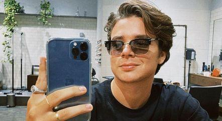 João cortou o cabelo e exibiu novo visual na web