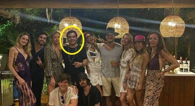 João Guilherme e amigos em Trancoso, na Bahia