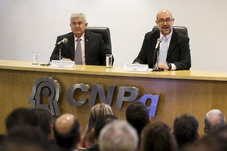 João Luiz Filgueiras de Azevedo (esq.) foi nomeado pelo ministro Marcos Pontes (dir.) em janeiro para presidir o CNPq