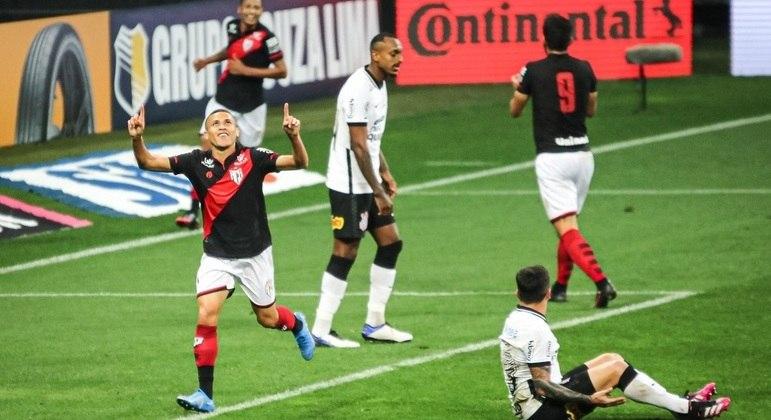 João Paulo comemora o segundo gol do Atlético-GO sobre o Corinthians