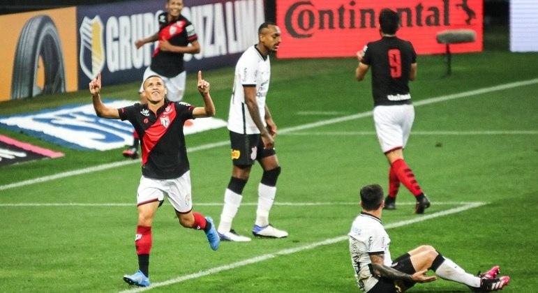 O Atlético Goianiense  não teve dificuldade em vencer, novamente, o Corinthians