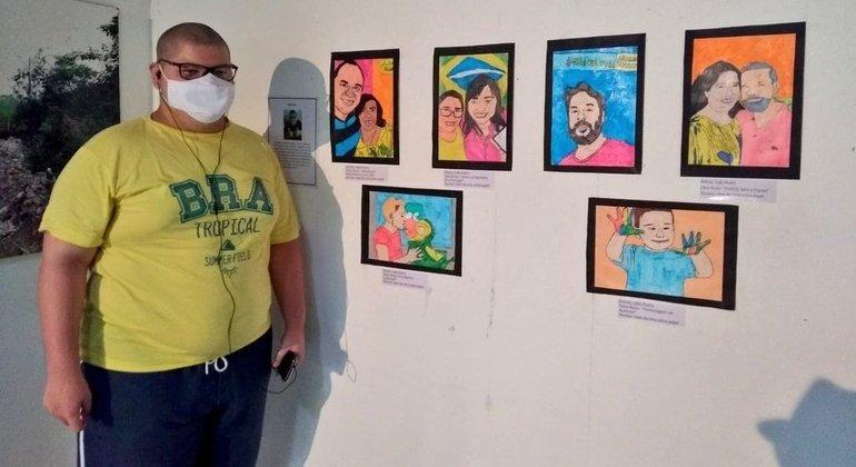 João durante sua primeira exposição de arte, em agosto deste ano