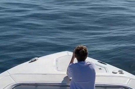 Joaquim observa o mar durante passeio com família