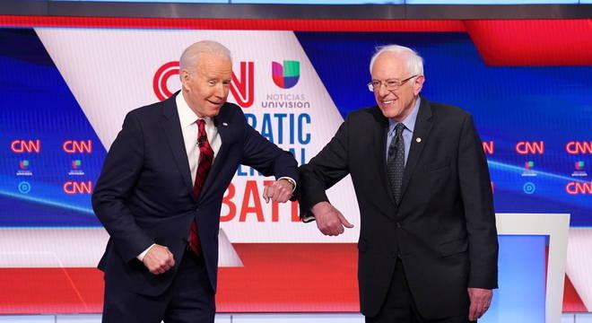 Sanders (d) anunciou apoio a Biden (e) na eleição norte-americana
