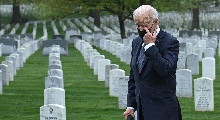 Presidente dos EUA visitou túmulos de soldados mortos no Afeganisão em cemitério na Virgínia