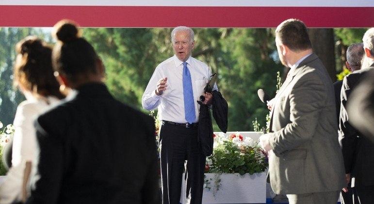 Presidente norte-americano conversa com jornalistas após cúpula com Putin