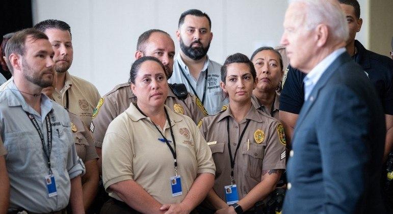 Biden conversa com socorristas que atenderam vítimas do desabamento na Flórida