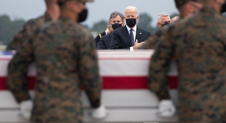 Joe Biden na Base Aérea de Dover, Delaware, durante homenagem aos militares mortos