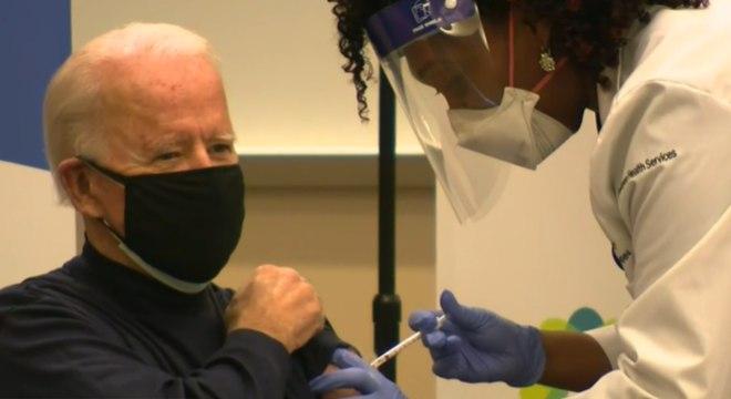 Presidente eleito dos EUA, Joe Biden, tomando a vacina contra covid-19