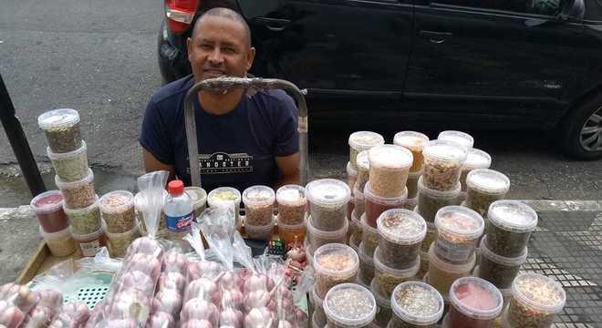 Joel vende alho e temperos nas ruas e desistiu de procurar emprego com carteira