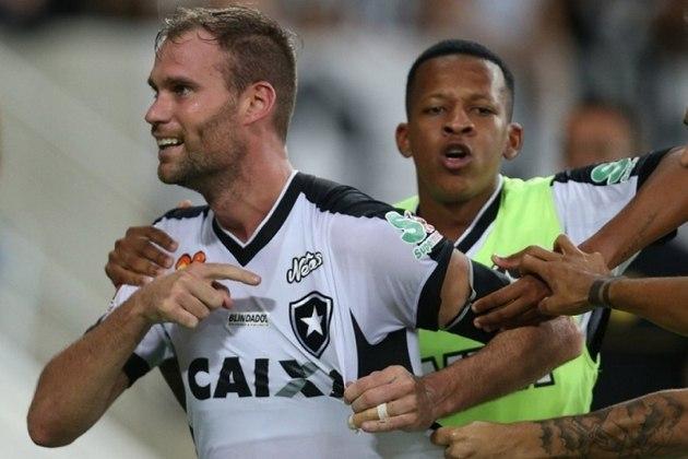 Joel Carli - Ex-capitão do Botafogo, Carli foi dispensado do clube no fim de julho de 2019 por conta do alto salário. Transferiu-se para o Aldosivi, da Argentina.