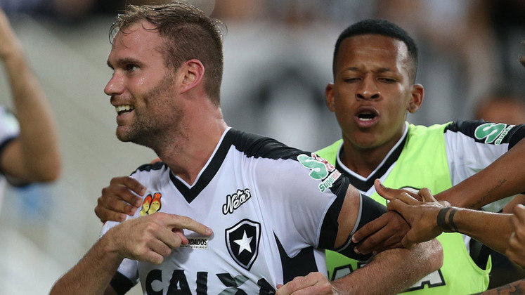 Joel Carli - O zagueiro argentino chegou ao Botafogo em 2016 e, logo de cara, assumiu o protagonismo de