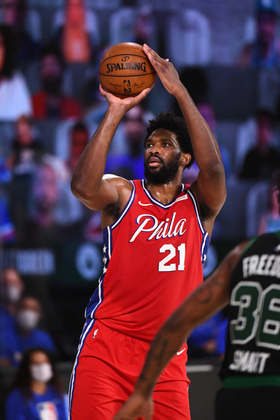Joel Embiid (Philadelphia 76ers) 8,0 - Seu início foi arrasador, com grandes arremessos. Não havia resposta para ele, que terminou com 26 pontos, 16 rebotes e duas roubadas, mas cometeu cinco erros de ataque e cinco faltas