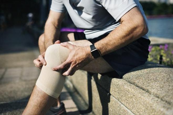 A psoríase pode se manifestar em qualquer local do corpo. Os mais comuns são joelhos, cotovelos e couro cabeludo. Pode se manifestar como placas de poucos centímetros assim como atingir toda a pele. A dermatologista afirma que, embora a manifestação apareça apenas na pele, a psoríase pode acometer também as articulações. A inflamação ainda pode ter sintomas como manchas vermelhas com escamas secas, pele ressecada e rachada, às vezes, com sangramento, coceira, queimação e dor, unhas grossas, sulcadas, descoladas e com depressões, inchaço e dor nas articulações