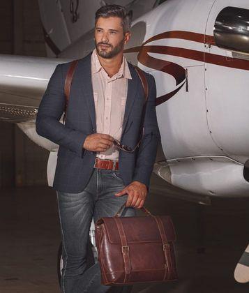 Ewerton Martin também gosta de ostenção. No perfil pessoal, ele já compartilhou imagens com carros de luxo, avião e animais que valem uma fotura