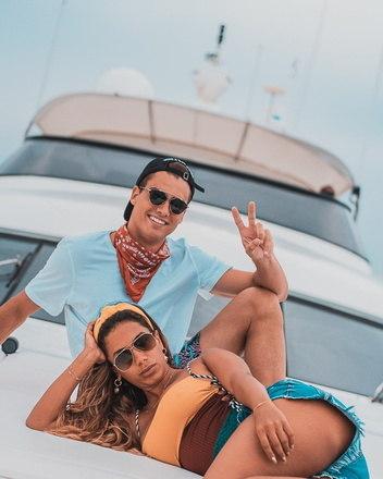As férias de Anitta na Ilha da Sardenha, na Itália, voltou a ser assunto no mundo do futebol... Isso porque o jogador Rodrigo Guth publicou uma foto ao lado da cantora curtindo o verão em um barco e a estrela pop respondeu...