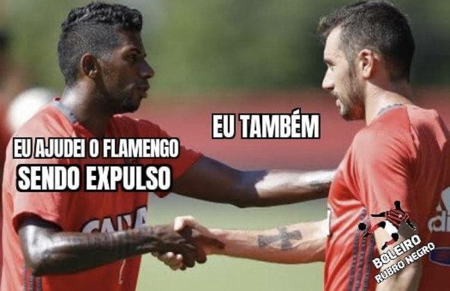 Jogador argentino, ex-atleta do time carioca, foi expulso logo após entrar no jogo no segundo tempo.