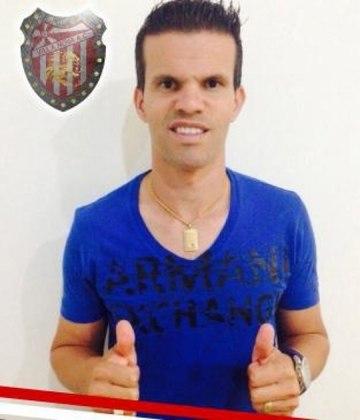 Jogador, de 38 anos, que passou pelo Flamengo, Cruzeiro entre outros grandes, Walter Minhoca é meio-campista.