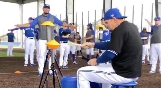 """Jogador de baseball de Toronto """"toca"""" Rush em homenagem a Neil Peart; vídeo"""