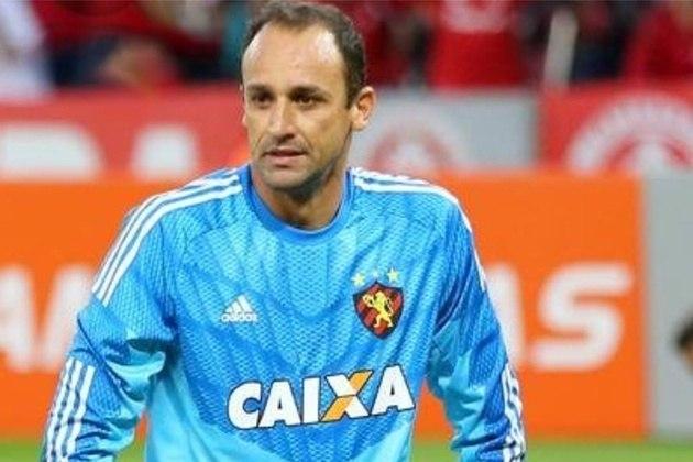 O goleiro Magrão, ídolo do Sport, encerrou a carreira com 43 anos, ainda jogando no Leão da Ilha. Fez mais de 730 jogos pelo clube pernambucano
