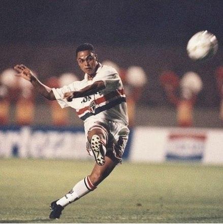 """Dodô era conhecido como """"artilheiro dos gols bonitos"""". Ele jogou no São Paulo entre 1995 a 1999, mas saiu de forma polêmica do clube do Morumbi. Por conta de desentendimentos com a torcida são paulina, o jogador foi contratado pelo Palmeiras e usou as cores alviverde entre 2002 e 2003. Sem conseguir jogar bem, ele acabou fazendo parte do time que foi rebaixado no Brasileirão de 2002"""