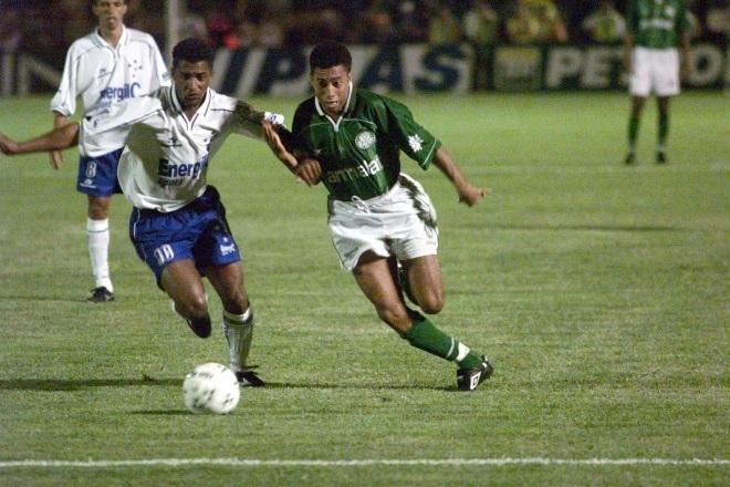 Junior jogou no Palmeiras entre 1996 e 2000, fazendo parte do elenco campeão da Libertadores. Com uma passagem pela Europa, o lateral ídolo dos palmeirenses, retornou ao futebol paulista em 2004, mas desta vez, para vestir o manto são paulino. E mais uma vez ele brilhou, sendo campeão da Libertadores e Mundial pelo Tricolor em 2005. Assim é considerado um ídolo entre as duas torcidas