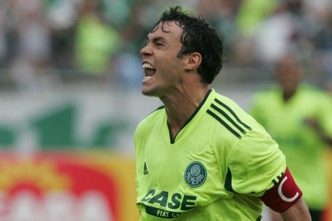 Kleber Gladiador foi revelado pelo Tricolor Paulista em 2003, o atacante pouco jogou com a camisa do São Paulo, e passou um tempo jogando fora do Brasil. Quando voltou ao país em 2008, ele foi direto para o Palmeiras, onde logo se tornou um ídolo e criou uma certa rivalidade com o clube que o revelou