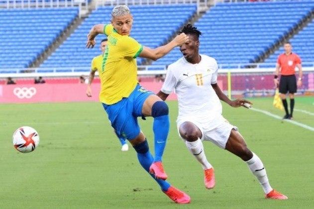 Jogadores disputam a pose de bola no jogo animado do Brasil contra a Costa Rica.