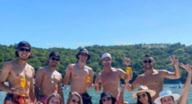 Jogadores do Inter se aglomeram em barco
