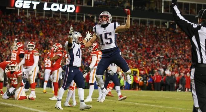 Jogadores dos Patriots celebram, enquanto os dos Chiefs se lamentam