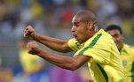 Adriano -Atacante revelado no Flamengo, Adriano Imperador conquistou o coração dos amantes do futebol com seu forte chute de perna esquerda. Nas disputas contra os zagueiros, também levava muita vantagem