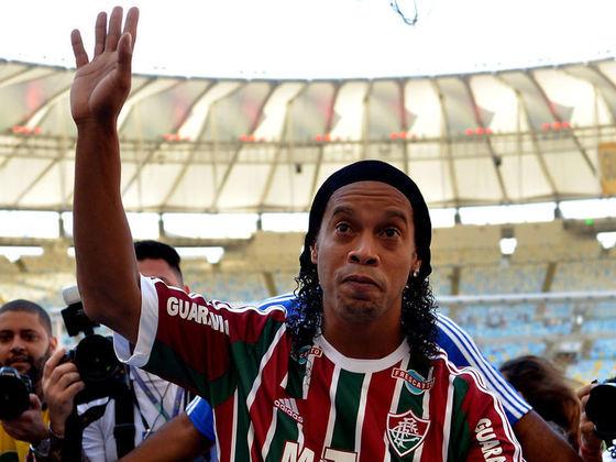 Ronaldinho Gaúcho - Fluminense (2015)Retornando ao Brasil após um breve passagem pelo Querétaro, do México, Ronaldinho Gaúcho chegou ao Fluminense em 2015 para delírio da torcida tricolor. Após 80 dias no Rio de Janeiro, o Bruxo não teve um bom desempenho, chegou a ficar no banco no time, e acabou entrando em acordo com o clube para encerrar o vínculo