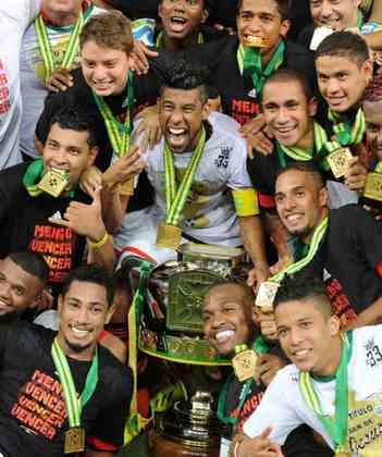 Jogo de ida da final de 2013: Athletico-PR 1 x 1 Flamengo - Na volta, o Flamengo venceu por 2 a 0 e foi campeão.