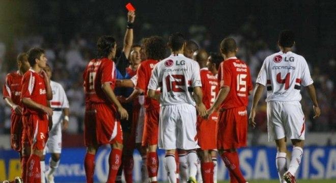 Jogo de ida da final da Libertadores (2006) - O duelo mais emblemático entre essas equipes aconteceu na final da Libertadores de 2006. No jogo de ida, no Morumbi, o jovem Rafael Sóbis fez os dois gols na vitória dos gaúchos por 2 a 1. Na volta, as equipes empataram e o Inter foi campeão