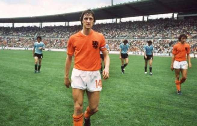 Johann Cruyff - O craque holandês conquistou diversos títulos pelos clubes que passou (Ajax, Barcelona e Feyenoord), porém jamais ganhou uma Copa do Mundo. Foi vice-campeão em 1974, e se recusou a disputar o mundial de 1978, por ser na Argentina, que vivia em uma ditadura na época.