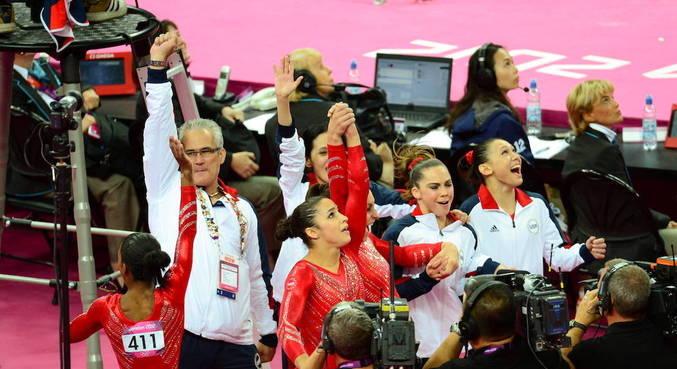 John Geddert comora ouro com atletas da ginástica americana em Londres 2012