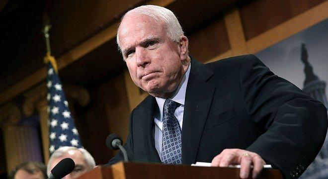 "John McCain chegou a dizer que ter executivos de empresas como a Boeing no governo era como ter ""raposas no galinheiro"""