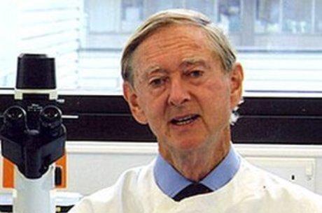 Para John Oxford, novo coronavírus é 'vírus social'