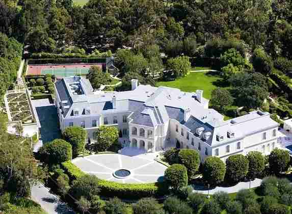Na falta de uma só mansão, o ídolo do Chelsea, John Terry tem quatro na mesma propriedade, somando um total de 47 milhões de libras (R$ 345 milhões)
