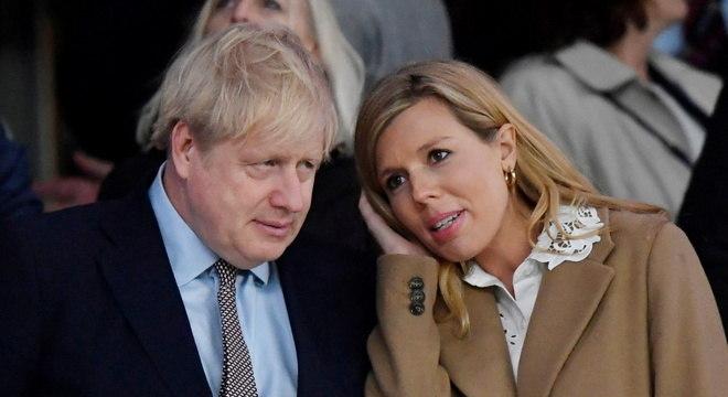Boris Johnson ao lado da namorada, Carrie Symonds, com quem acaba de ter um filho