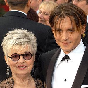 O ator Johnny Depp teria sofrido muitas consequências emocionais por conta do abandono afetivo de sua mãe, Betty Sue Wells
