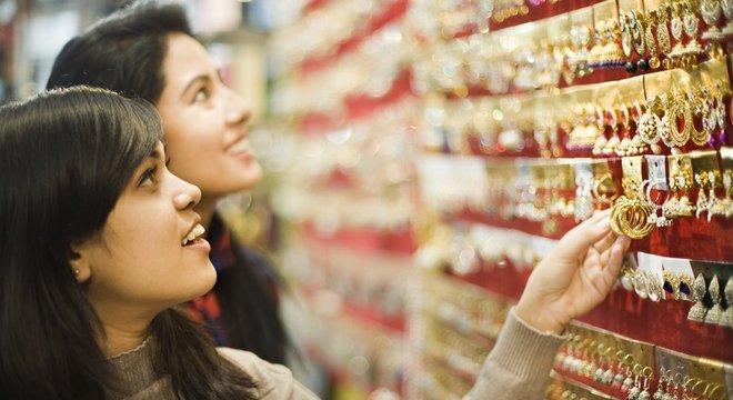 Loja de jóias na Índia na véspera do festival Diwali; país é o terceiro maior importador de ouro do mundo.