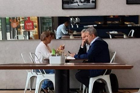 Joice Hasselmann toma café da manhã com Bruno Covas