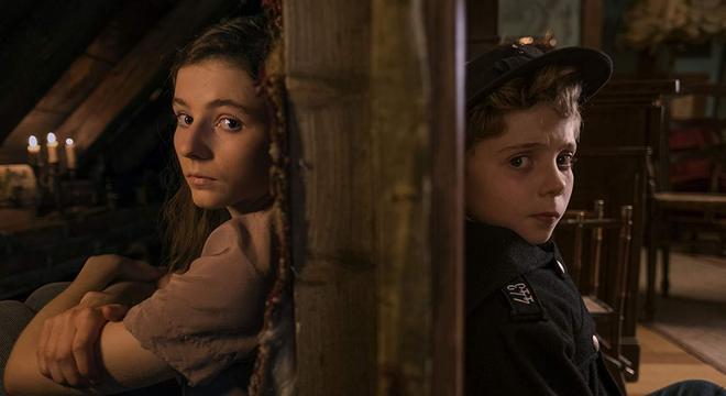 A judia no sótão e o membro da juventude hitlerista no andar de baixo