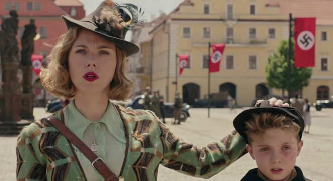 Scarlett Johanson brilha no papel da mãe que tenta resgatar o filho do ideal nazista